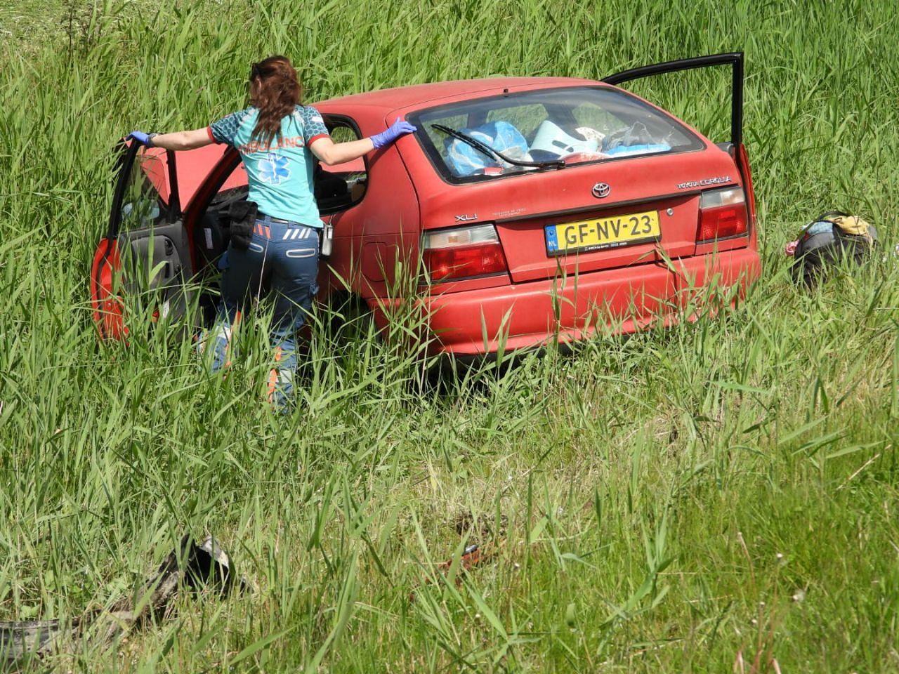 auto raakt te water drie Inzittenden gewonde na eenzijdig ongeval