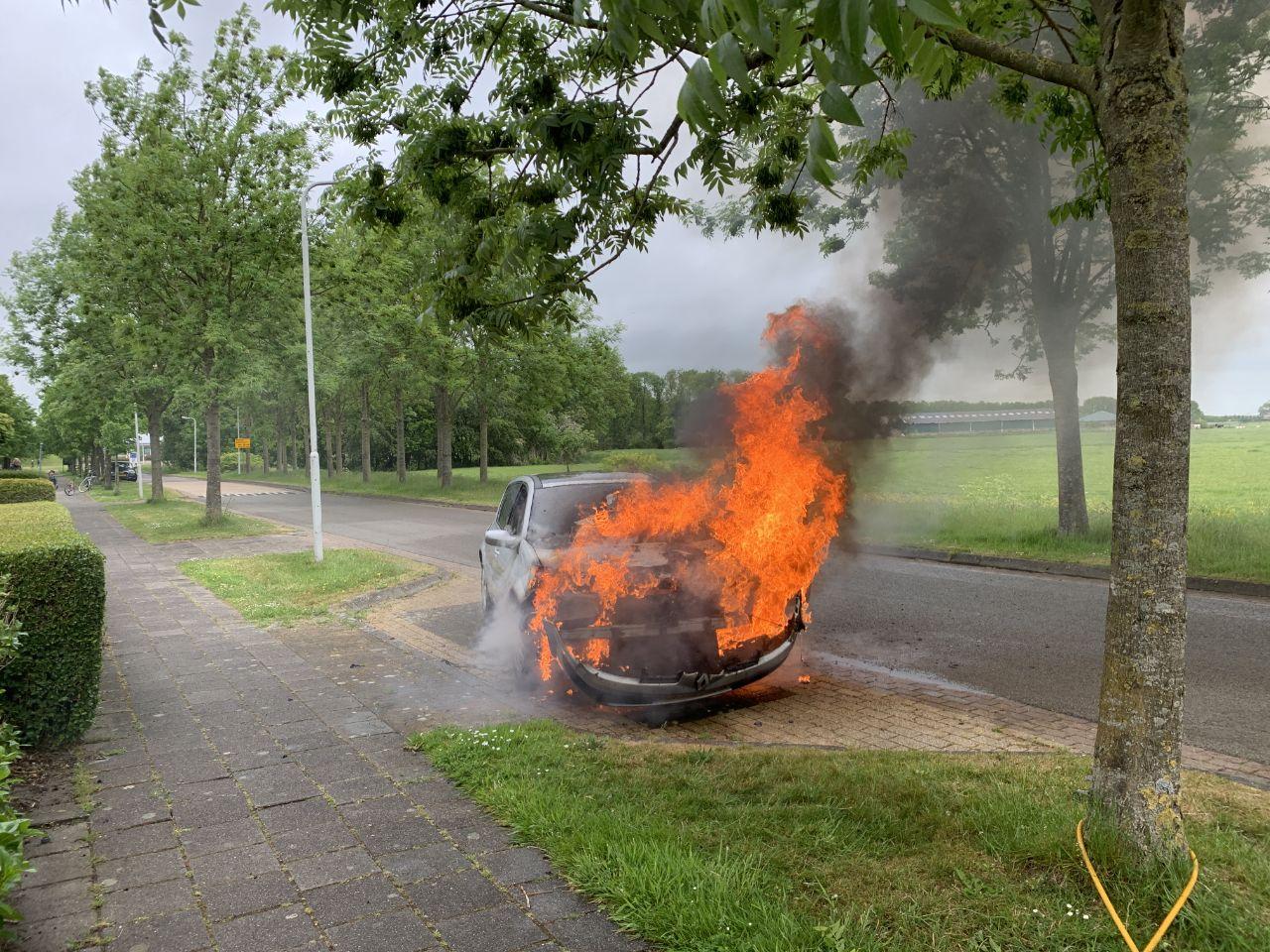 Felle auto brand aan de Skries in Dronryp