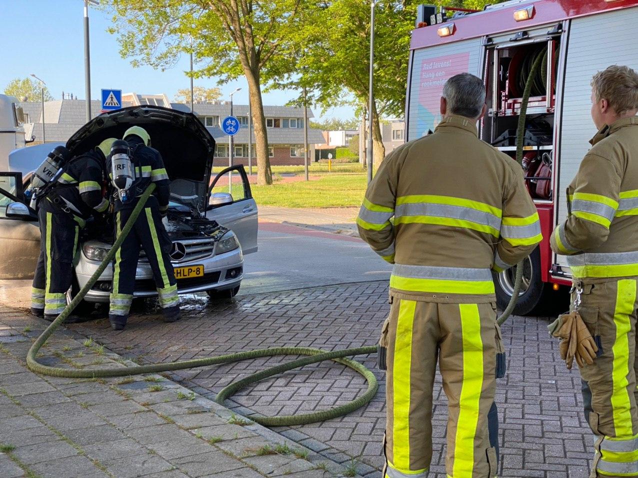 Brandweer in actie voor een brandende Mercedes aan de Donia in Drachten