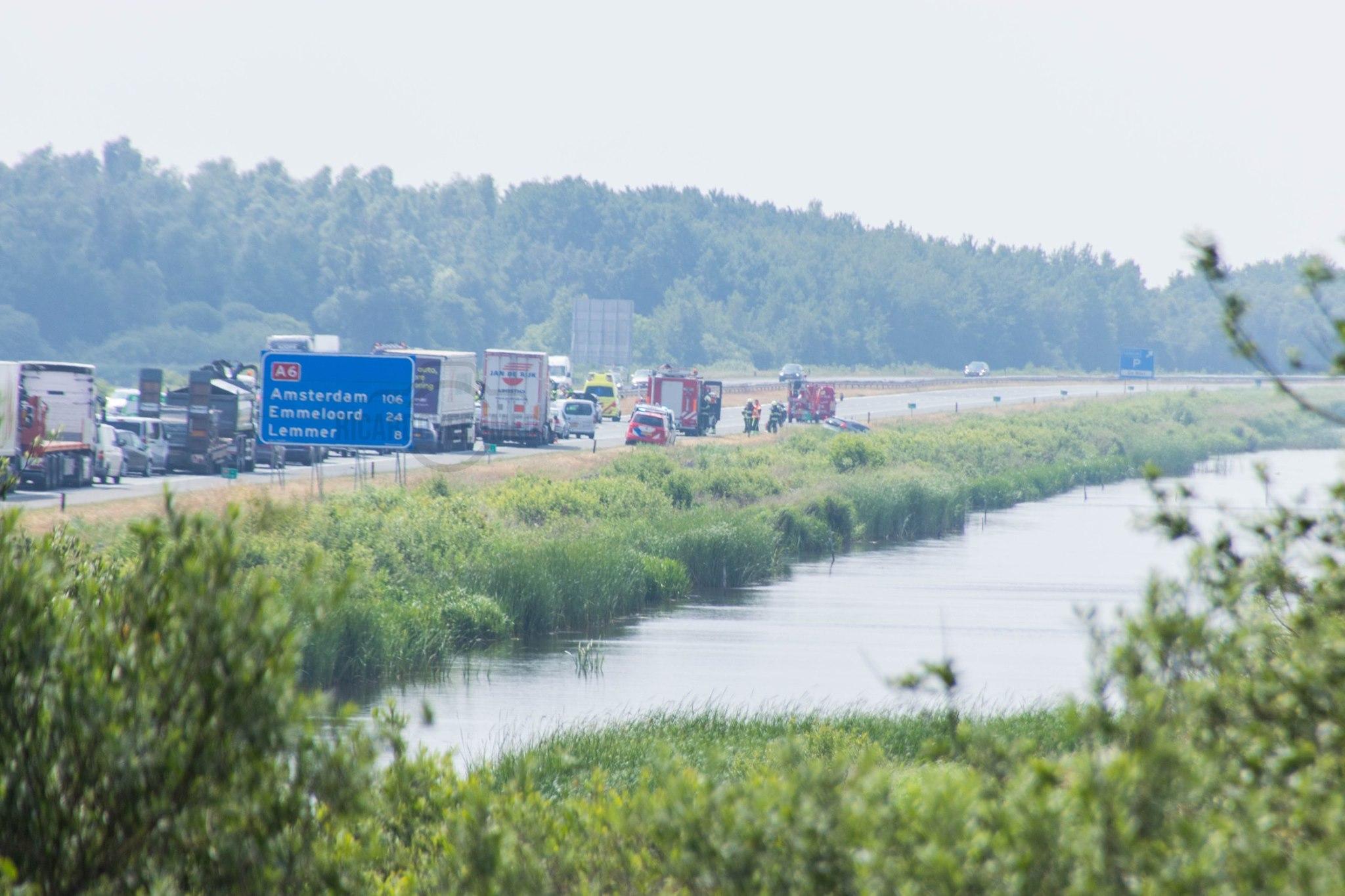flinke file op de A6 richting Emmeloord na verkeersongeval bij Oldeouwer