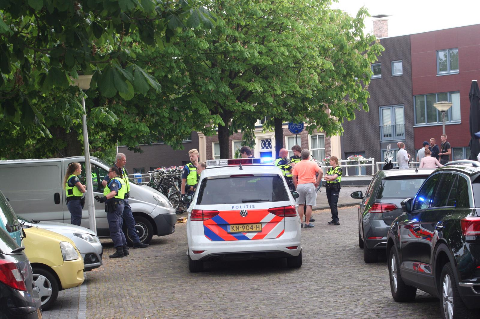 Meerdere eenheden van de politie ter plaatse bij Vechtpartij bij Cafe Blauwhuis aan de Hoekstersingel in Leeuwarden