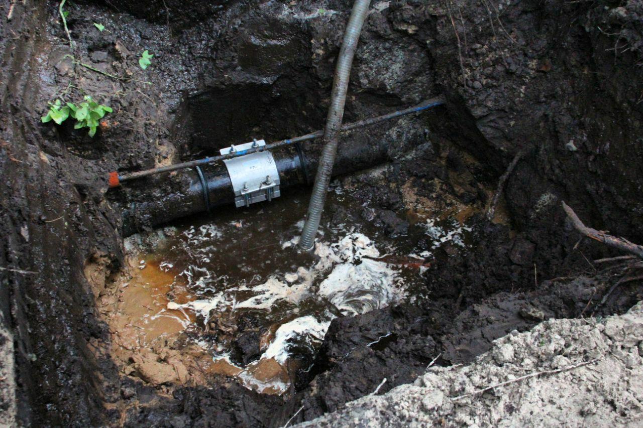 Waterleiding geraakt na graafwerkzaamheden in de wijk de Wiken in Drachten