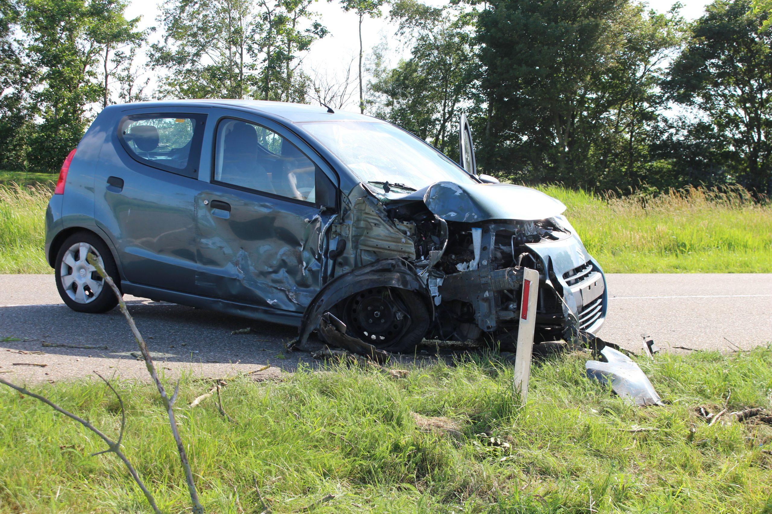 Bestuurder gewond na aanrijding met boom in Wergea