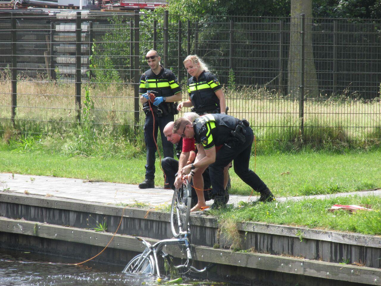 Omstanders redden man uit het water aan de Kalkovens in Gorredijk