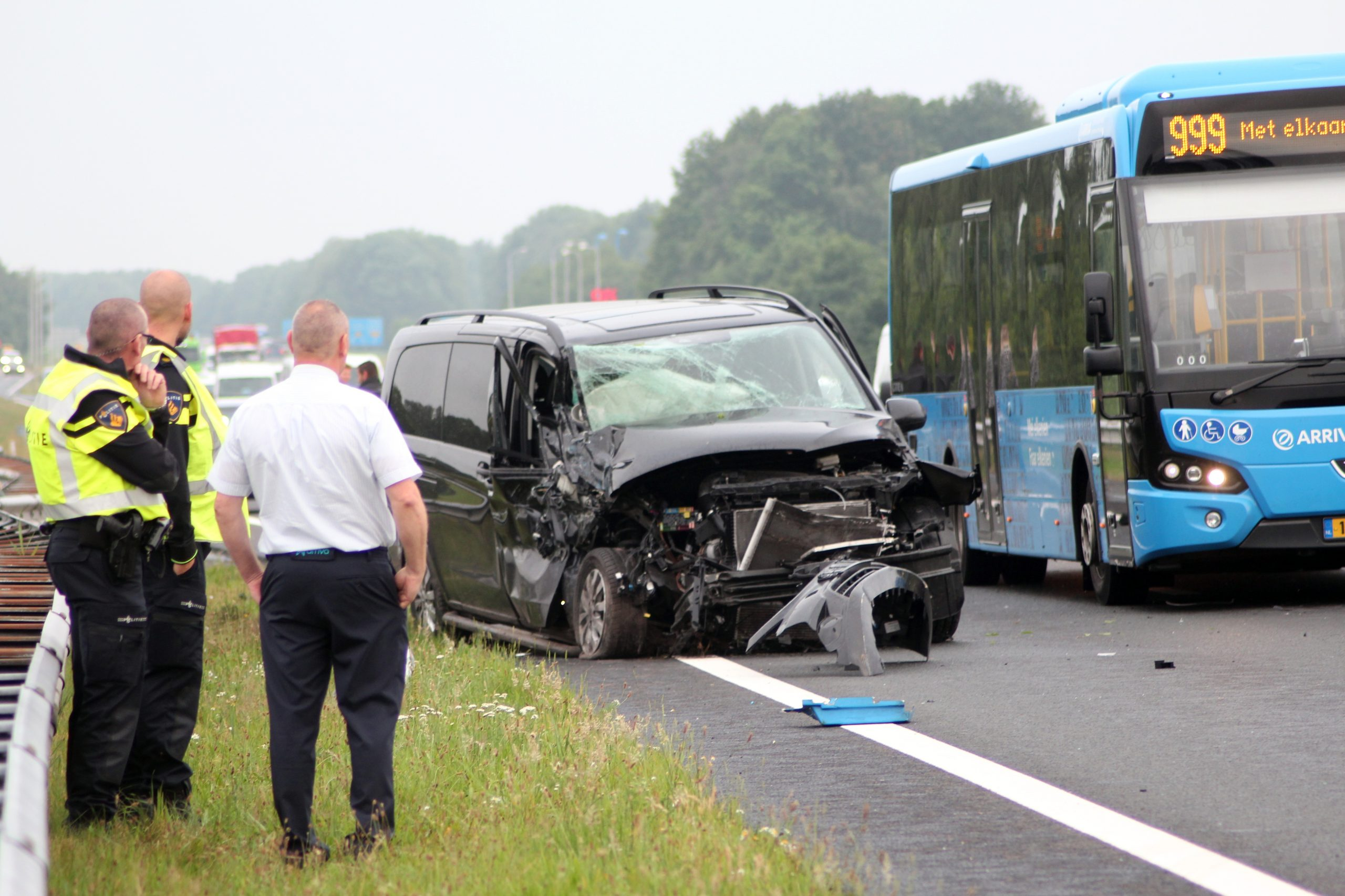 flinke schade bij een aanrijding tussen busje en lijnbus op de N31 bij Opeinde