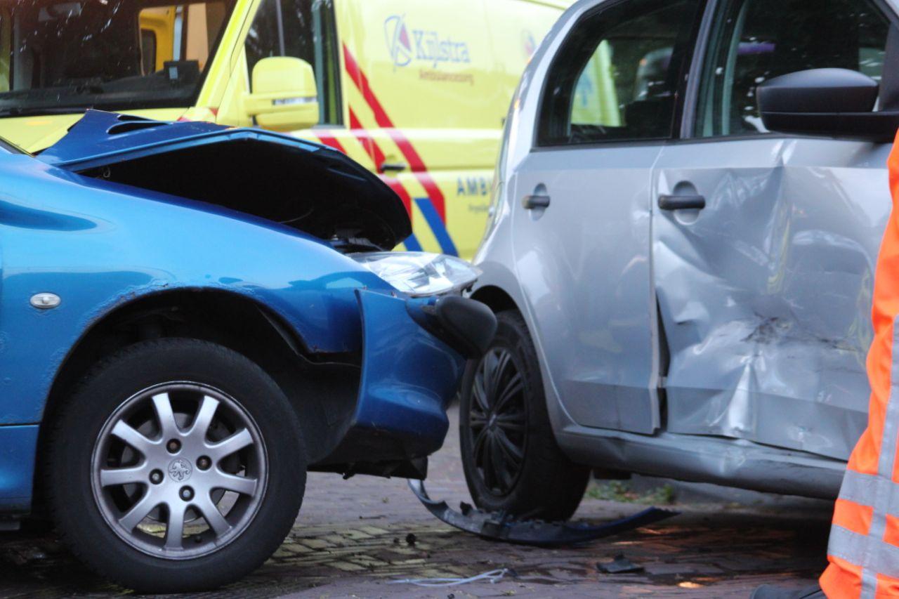 Veel schade na aanrijding op de kruising geelgorsstraat met de Vogelweide in Drachten