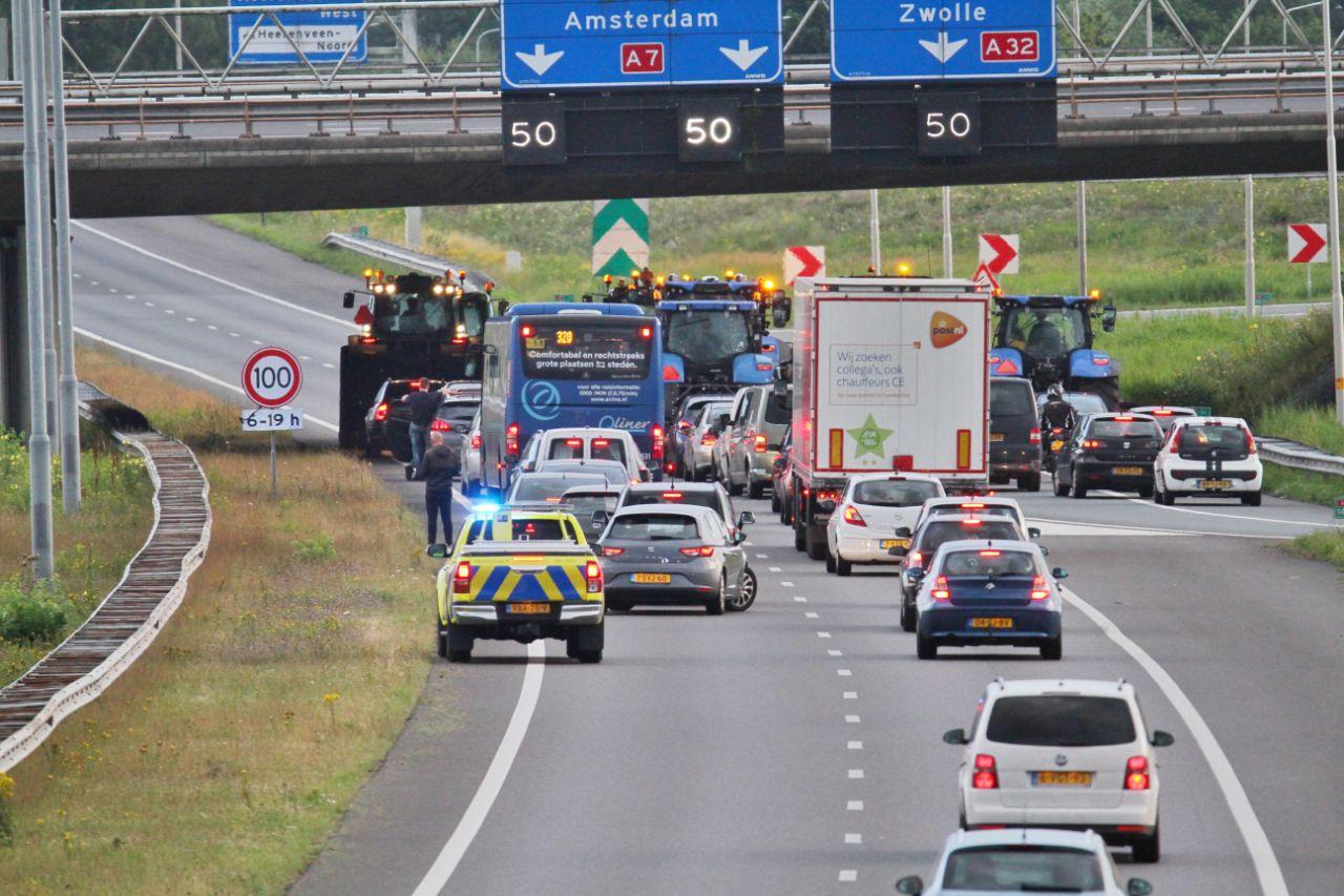 groep Boeren blokkeren de snelweg met trekkers op de A7 en A32 bij Heerenveen