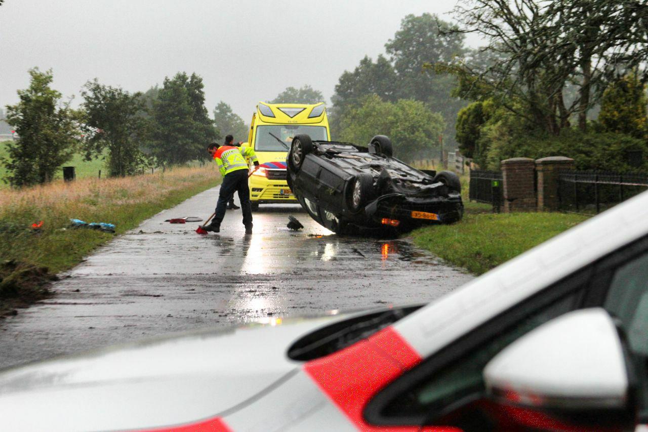 bestuurder slaat over de kop op langs de Wâldwei bij Opeinde bestuurder raakt gewond