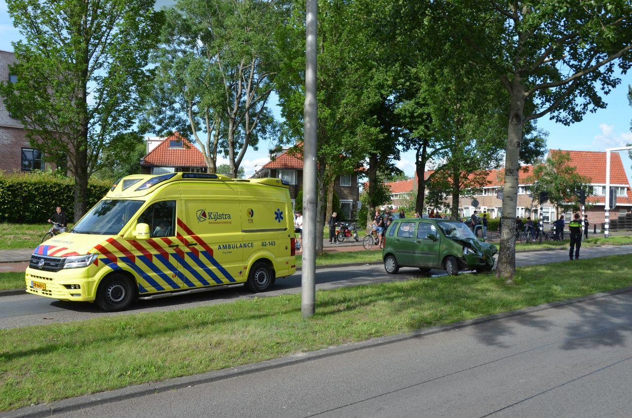 bestuurder botst tegen boom aan de Gerbrandyweg in Leeuwarden raakt gewond