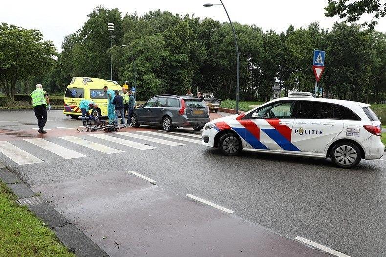 Fietser gewond na aanrijding met Auto op rotonde van de Lauwers in Drachten