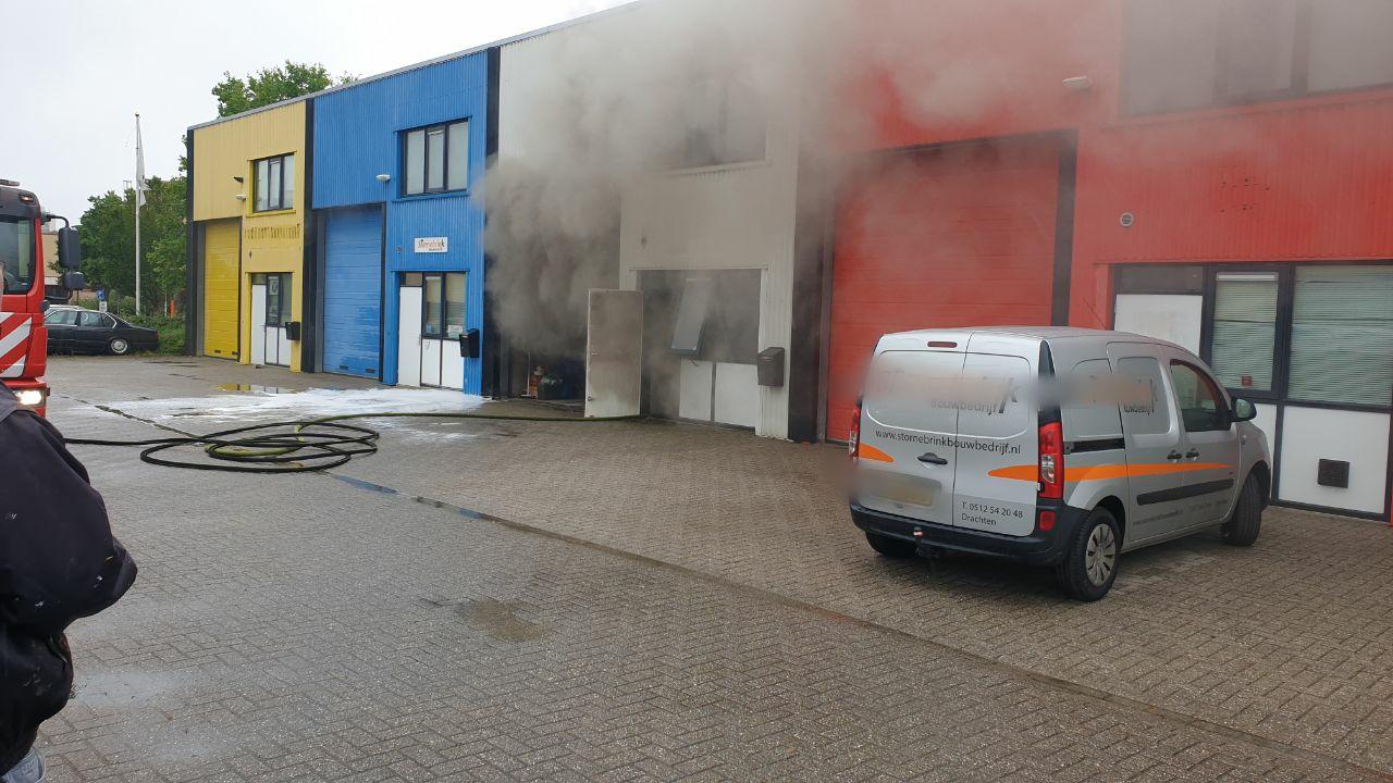 Flinke rookontwikkeling na brand in een bouwbedrijf aan de Ampèrelaan bij Drachten