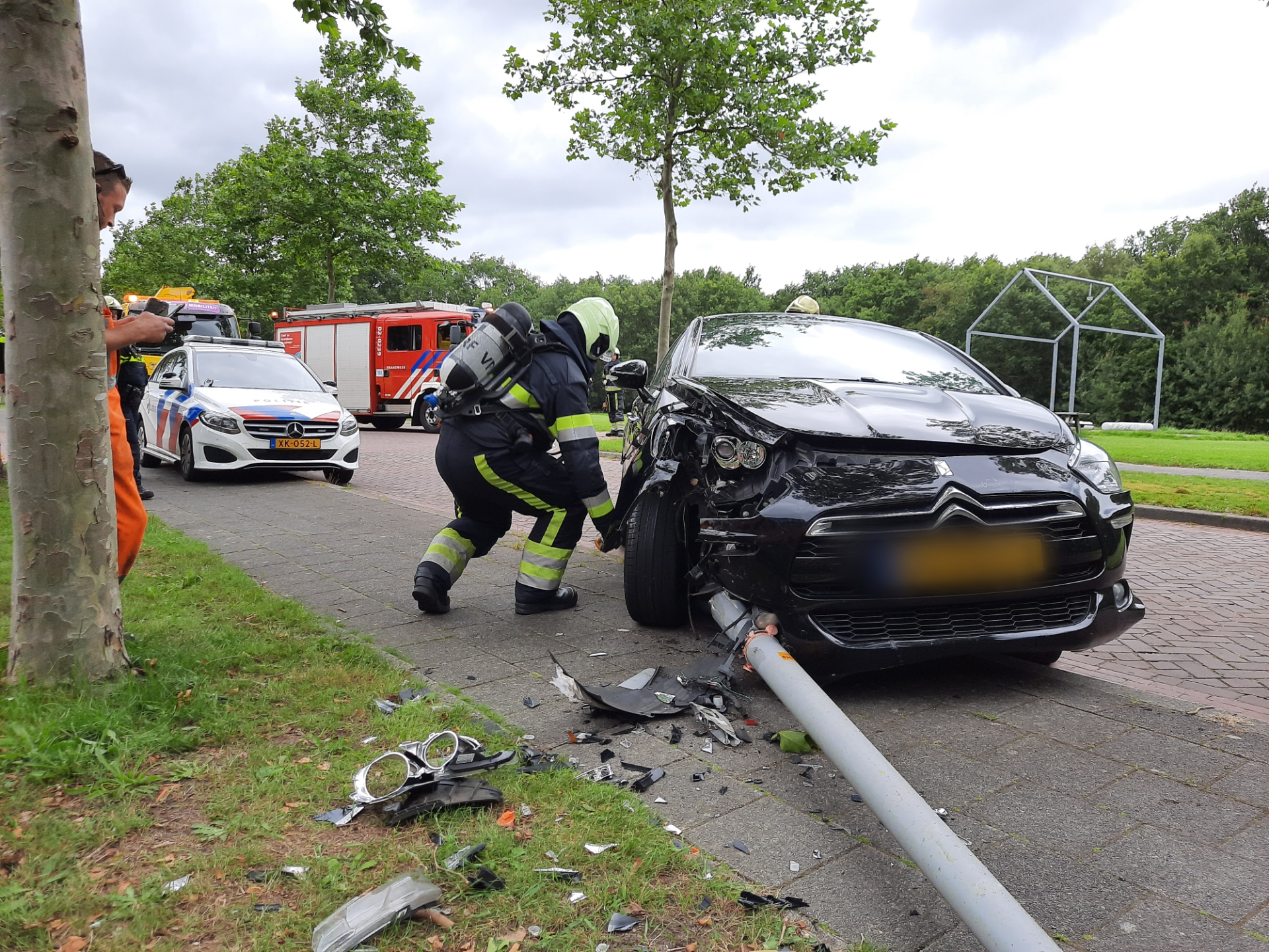 bestuurder veroorzaakt gaslek na aanrijding tegen lantaarnpaal