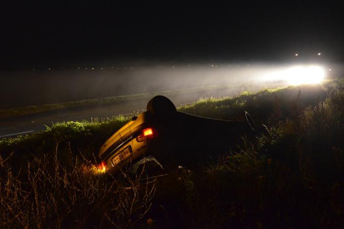 Auto beland op de kop in de sloot na Eenzijdig ongeval bij Miedum