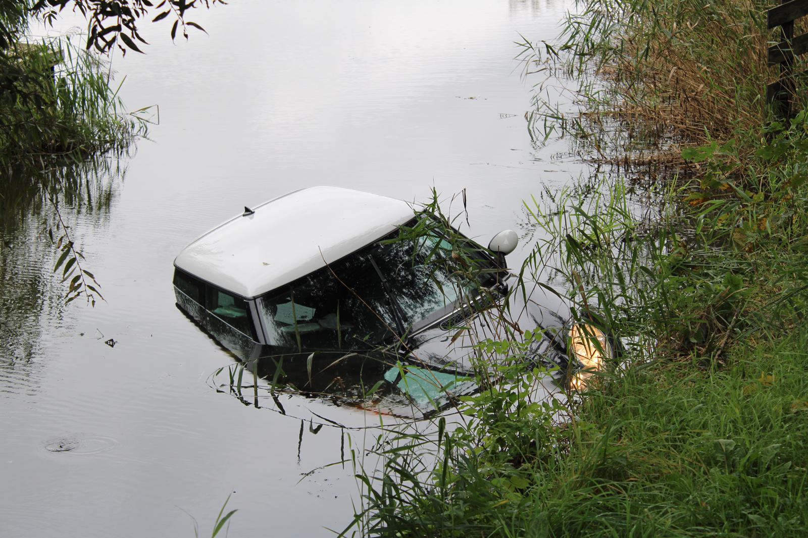 Auto raakt te water bestuurder gewond