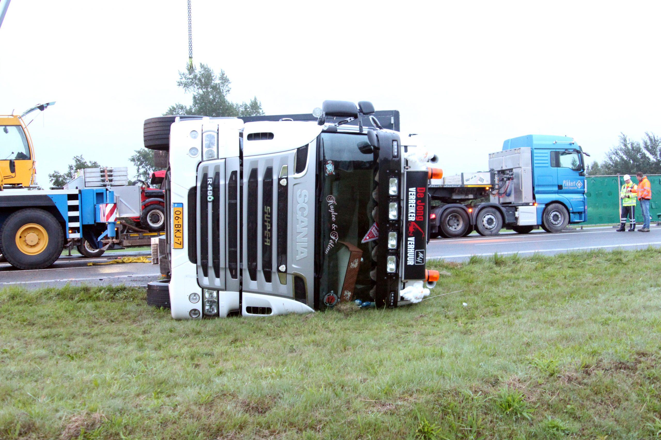 Video A7 richting Frieschepalen afgesloten na gekantelde vrachtwagen
