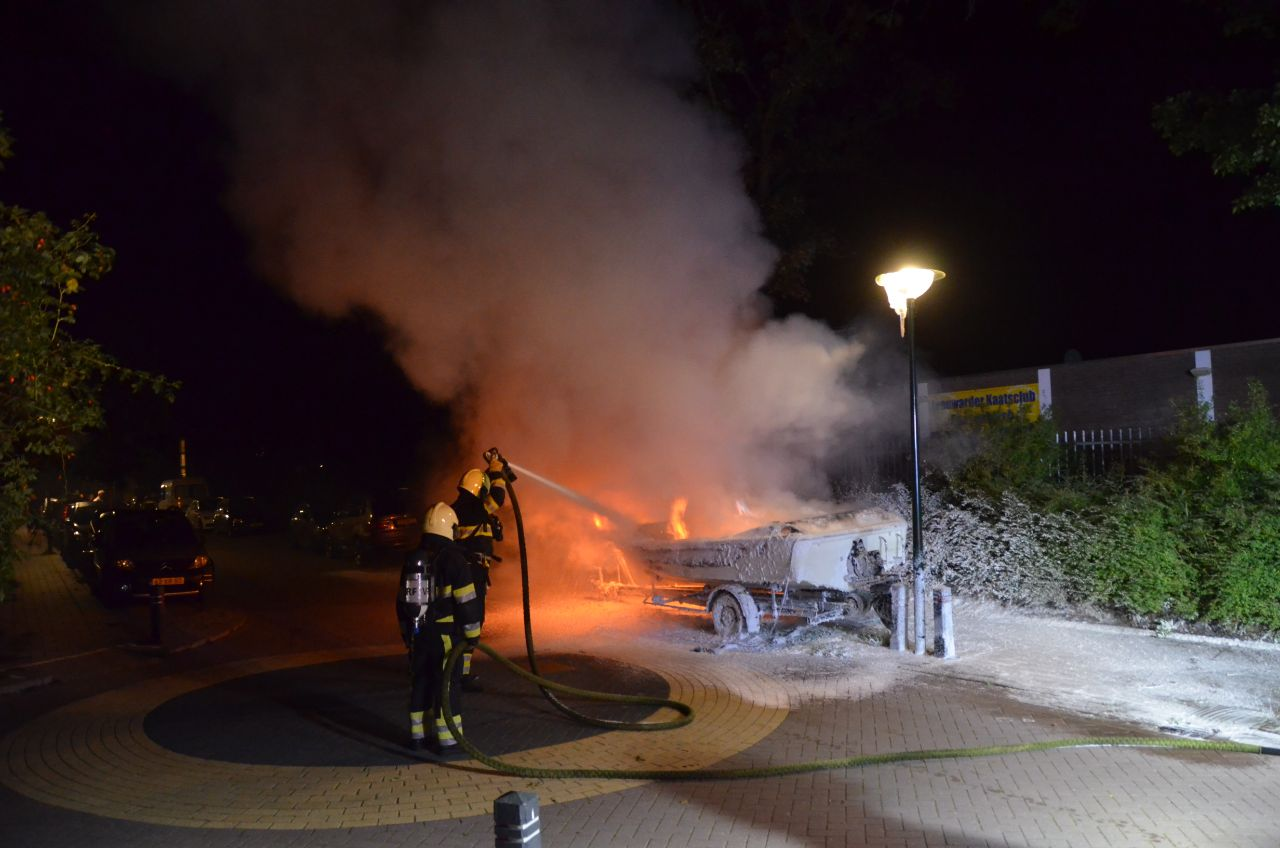 wederom een boot verwoest na felle brand aan de Bachstraat in Leeuwarden