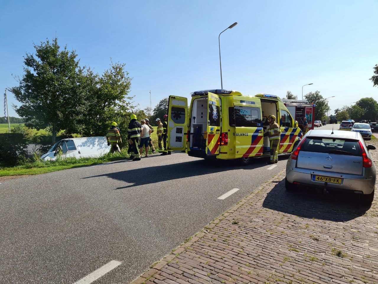 busje beland in de sloot na aanrijding met busje op het Zuid één gewonde