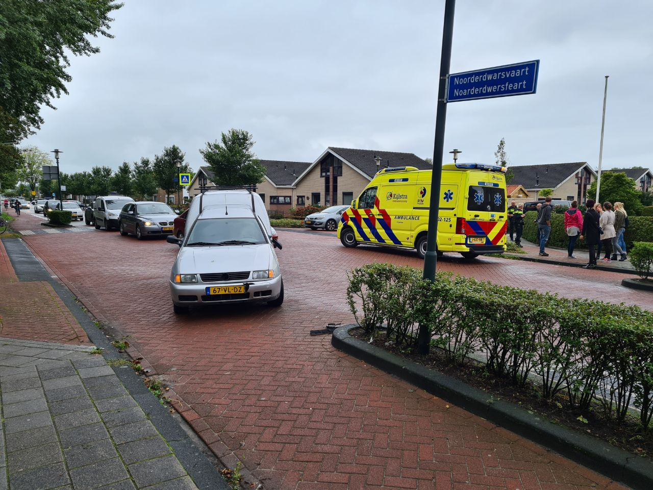 Fietsster geschept door auto op de kruising Middelwyk met de Noorderdwarsvaart in Drachten