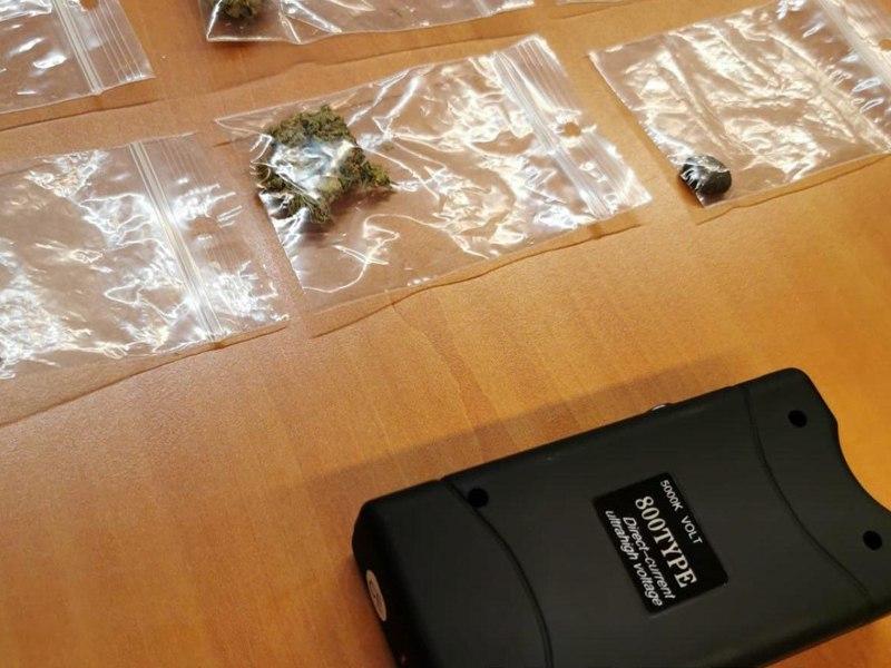 Twee jongens van 17 en 16 aangehouden na in het bezit van Taser en drugs in Drachten