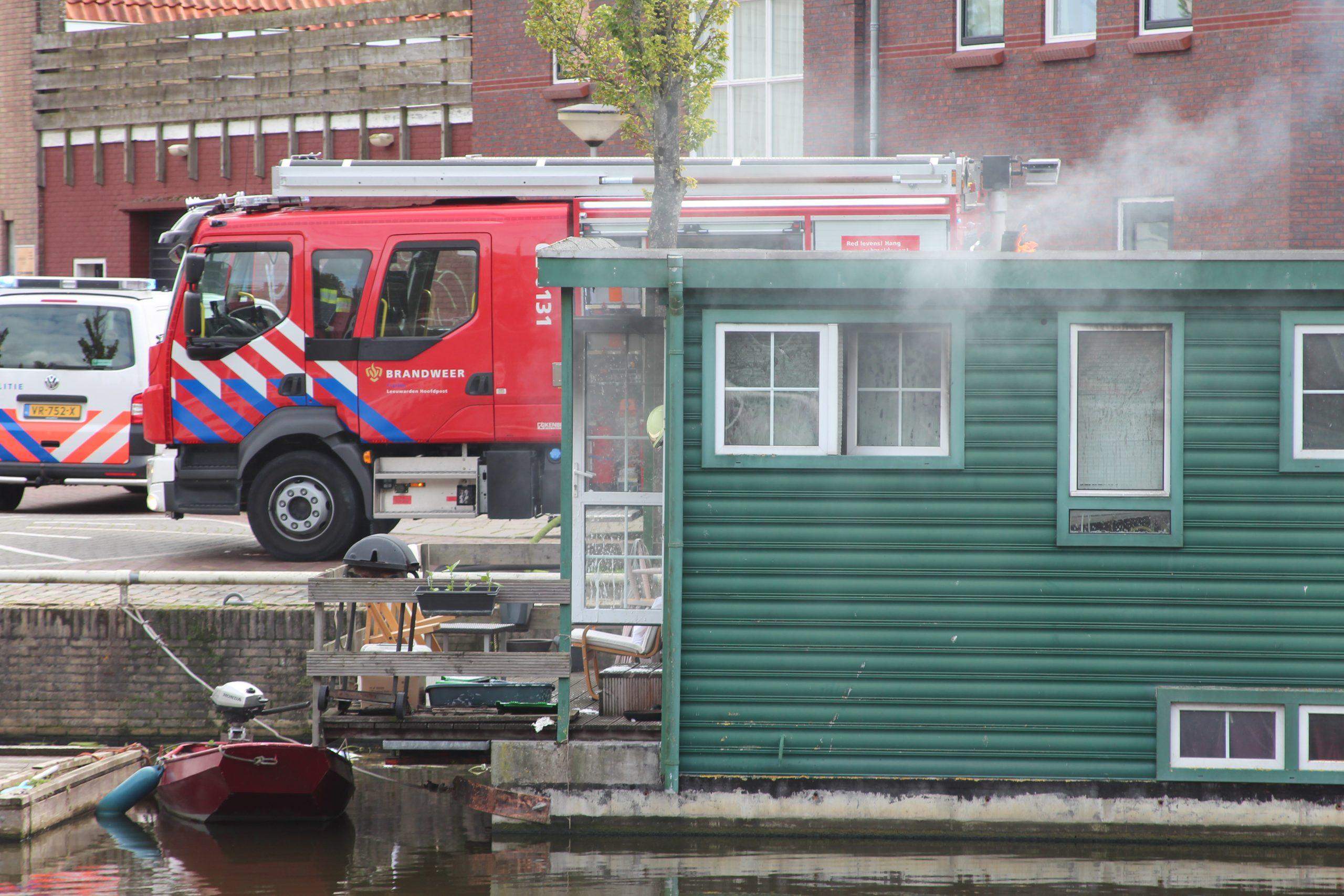 veel rookschade na brand in woonboot aan de Oostersingel in Leeuwarden