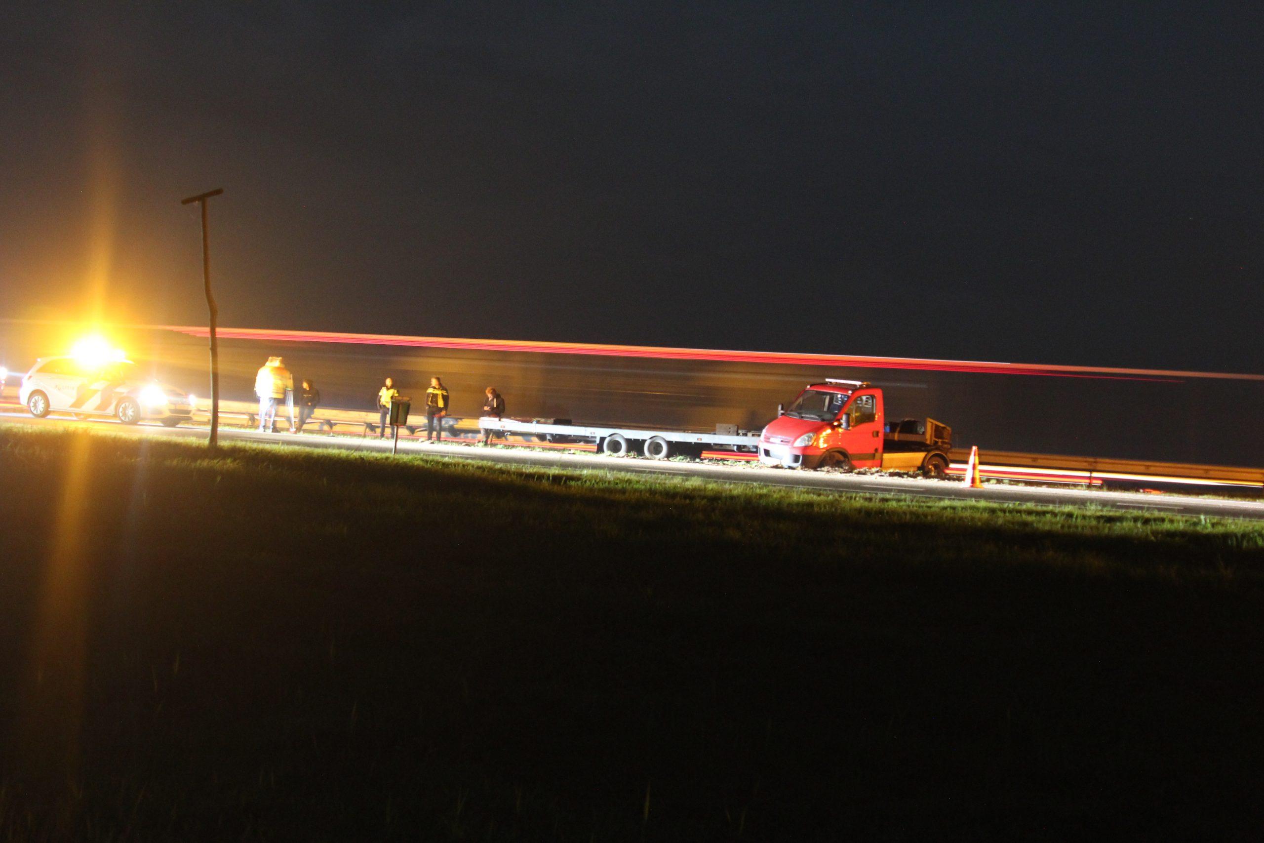 Video Autoambulance botst tegen vangrail op de A7 bij Beetsterzwaag bestuurder ongedeerd