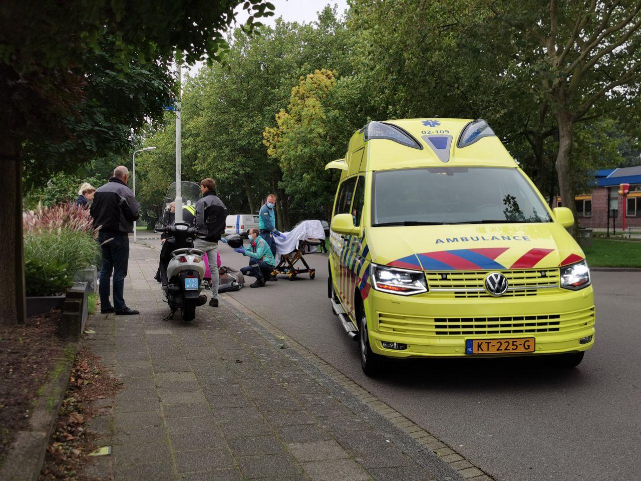 Scooterrijder glijdt onderuit en raakt licht gewond in Kootstertille