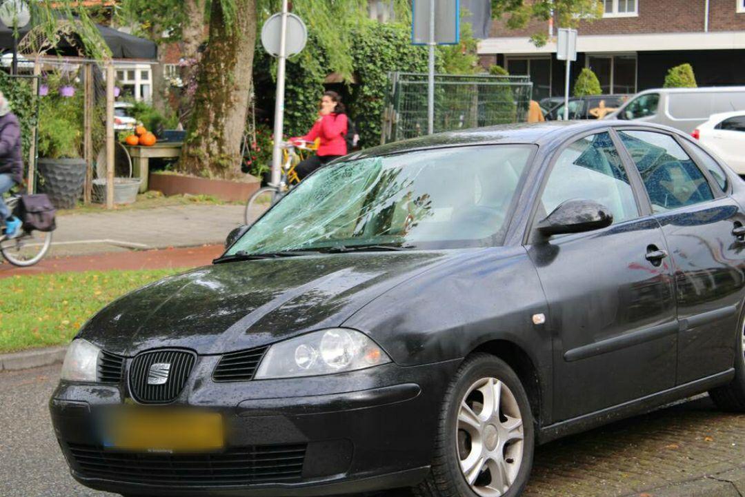 Fietsster geschept door automobilist aan de Groningerstraatweg in Leeuwarden