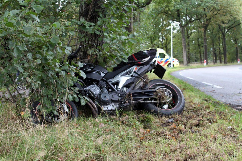 Motorrijder glijdt onderuit en botst op boom aan de Vierhuisterweg bij Surhuisterveen