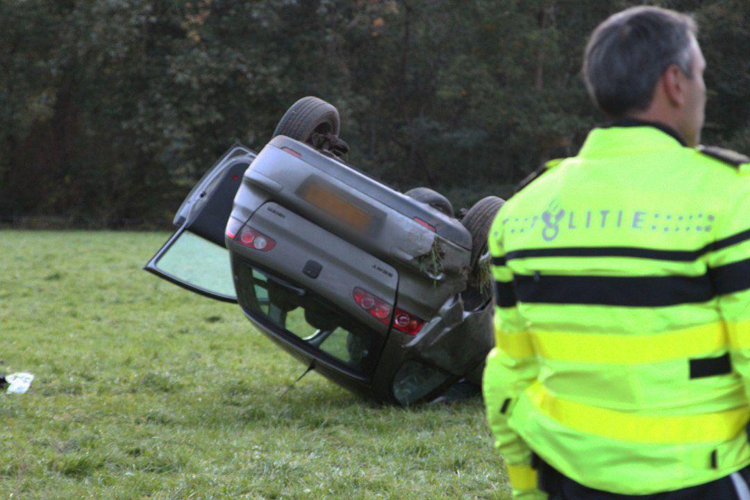 Video Auto slaat over de kop en komt in weiland tot stilstand langs het Openderweg bij Opende