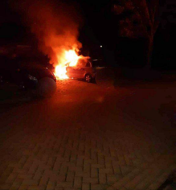 Auto volledig verwoest door felle uitslaande brand in Harlingen
