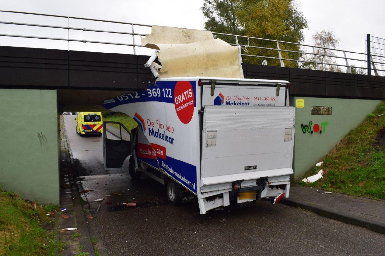 Chauffeur rijdt Vuilniswagen klem aan de Ikewei in De Westereen