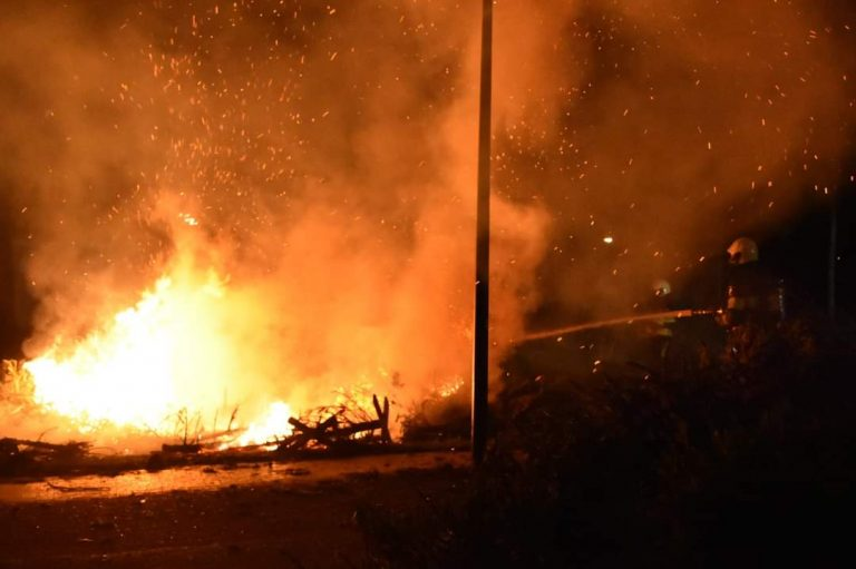bult met kerstbomen vliegt in brand aan de Oranje Nassaulaan in Heerenveen