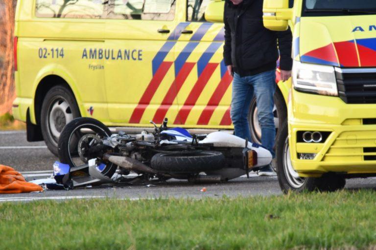 Motorrijder en bijrijder gewond na botsing met auto bij Kiesterzijl in Franeker