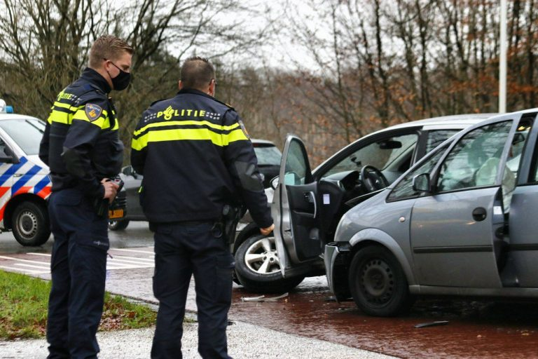 Bestuurder gewond na aanrijding tussen twee auto's op de van Harinxmaweg bij Olterterp