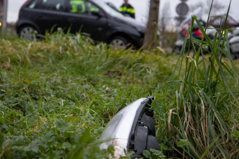Opel beschadigd na botsing met boom aan de Tijnjedijk in Leeuwarden