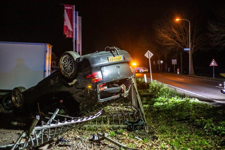 Twee inzittende slaan met Volkswagen Golf over de kop langs de Scheiding by Surhuisterveen één persoon gewond