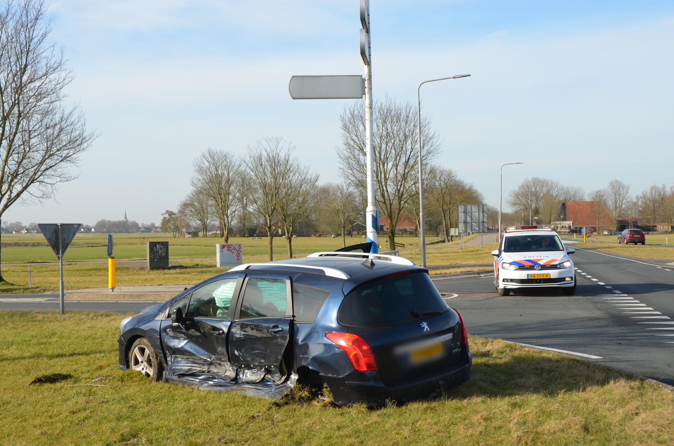 Peugeot zwaar beschadigde na aanrijding met bestelbus aan de Tseinzerbuorren N354 bij Reduzum