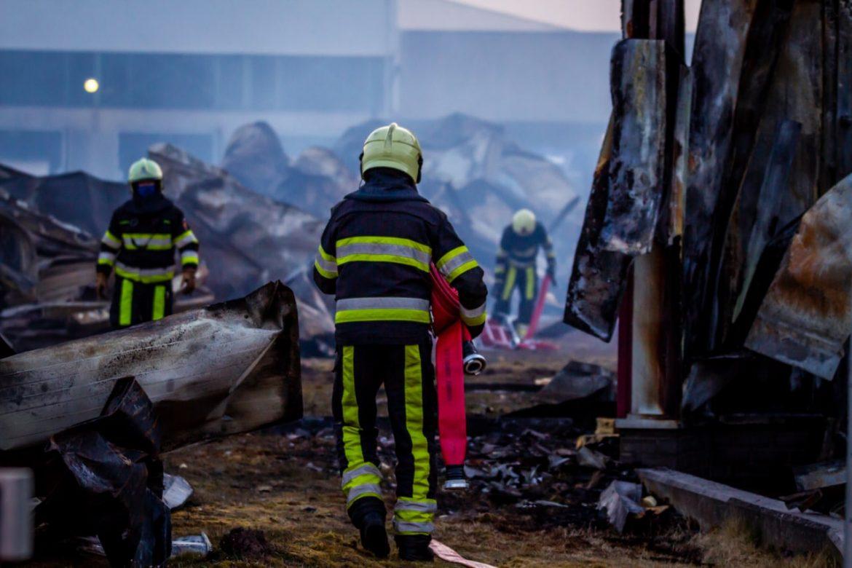 Brandweer blust smeulbranden bij snoepjesfabriek CCI in Drachten