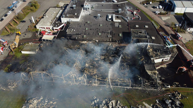 Video update Flinke schade na zeer grote brand Snoepfabriek bij daglicht