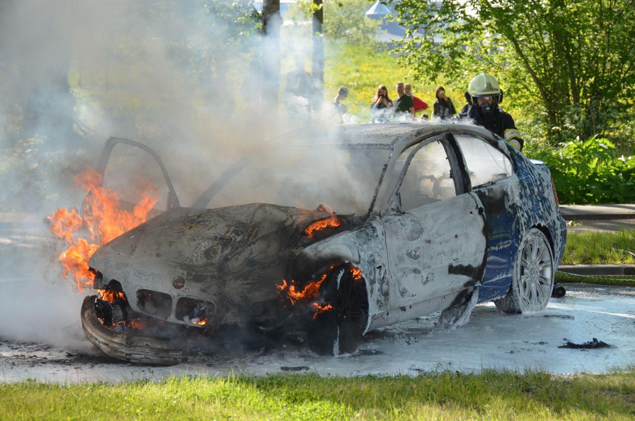 BMW botst tegen boom en vliegt in brand in Leeuwarden
