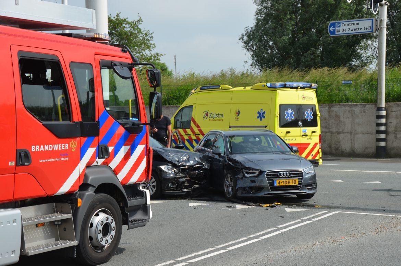 Bestuurster bevrijdt door brandweer na verkeersongeval in Leeuwarden