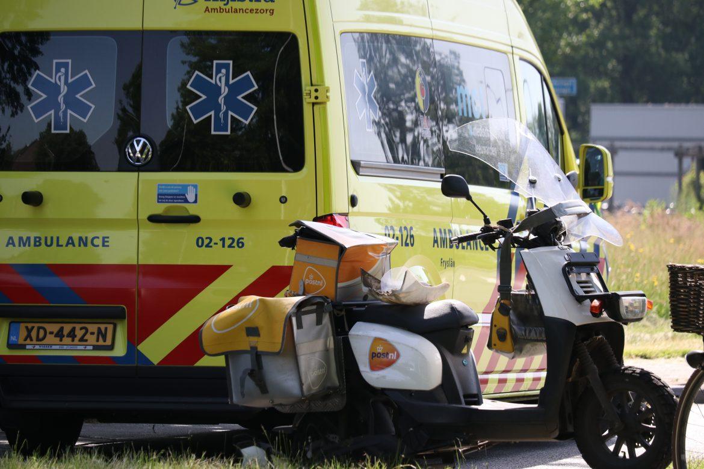 Vrouw op elektrische fiets gewond door aanrijding met postbezorger