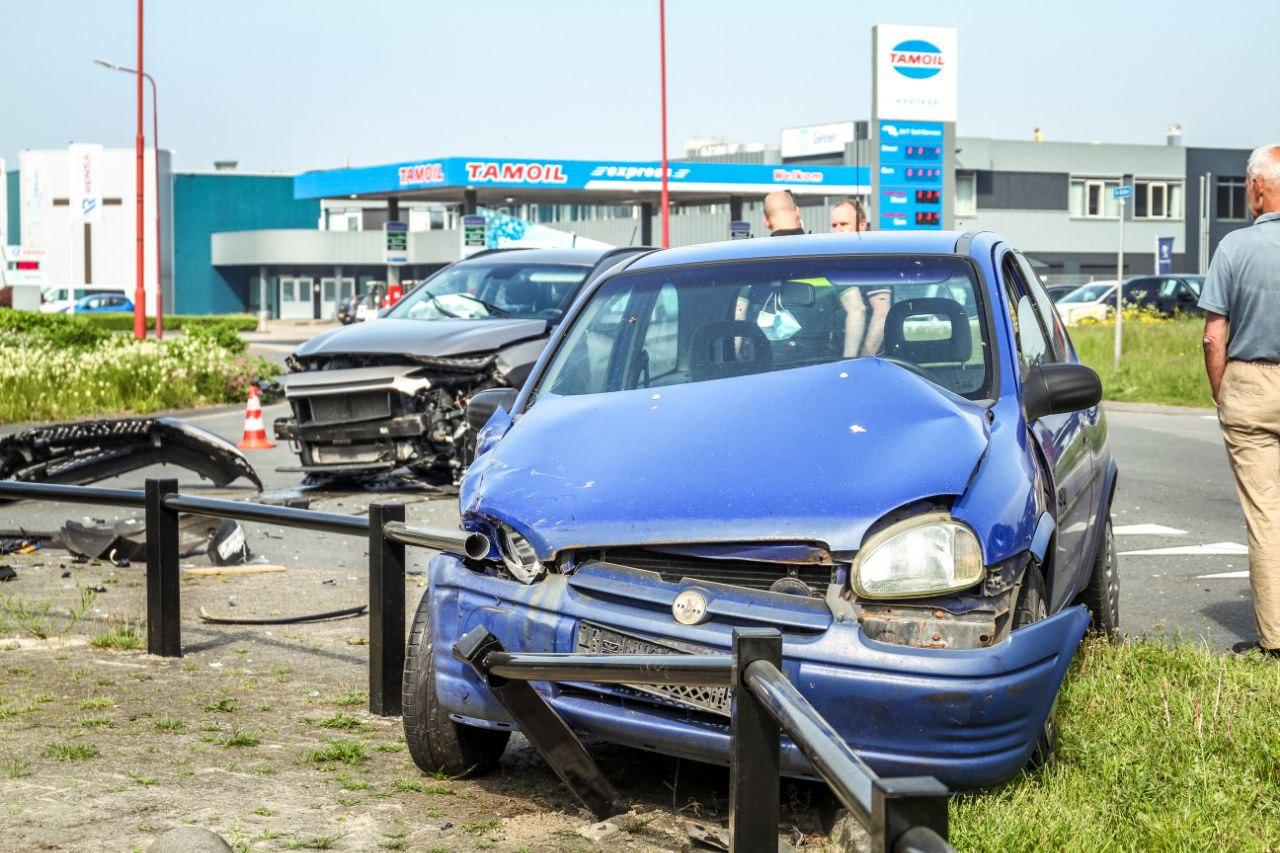 Forse schade na botsing tussen twee auto's in Drachten