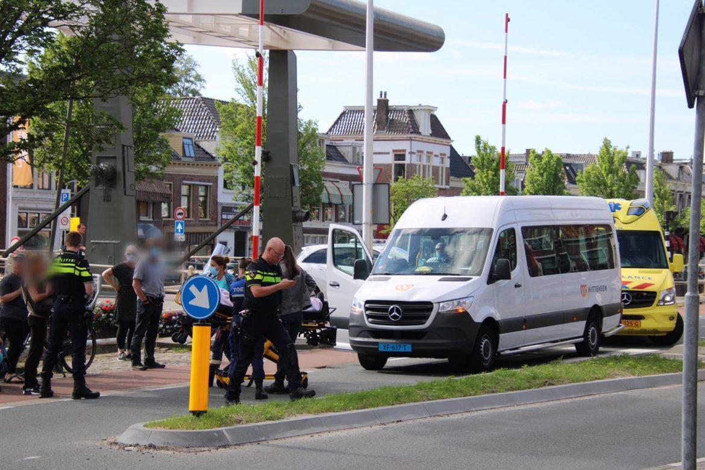 Voetganger aangereden door taxibusje in Leeuwarden