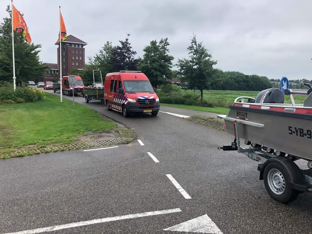 Friese Brandweerlieden met vier oppervlakte reddingteams onderweg naar Zuid- Limburg om te assisteren bij enorme wateroverlast