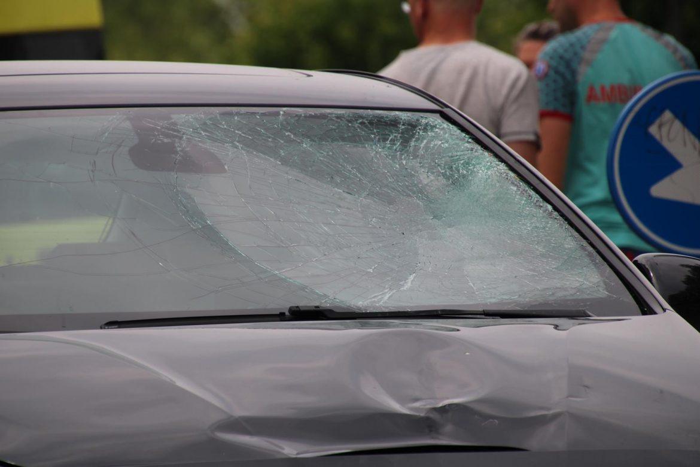 wielrenner klapt op voorruit van Personenauto na botsing in Leeuwarden