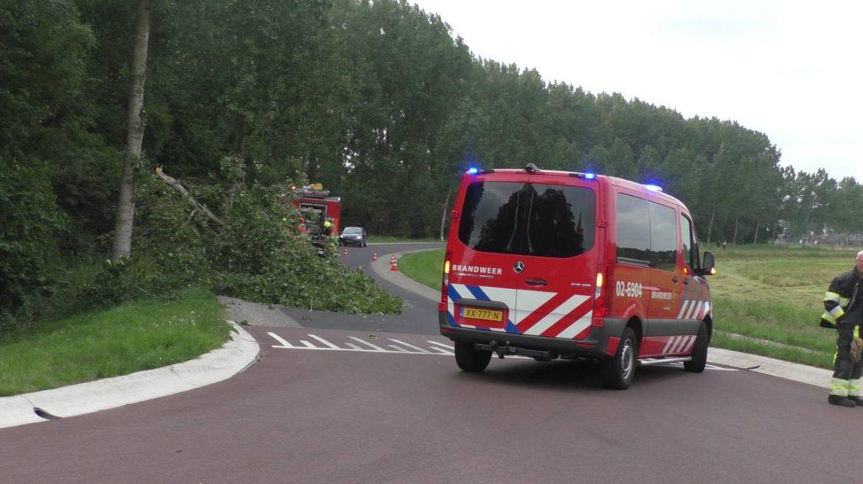 Brandweer Gorredijk verwijderd geknapte Boom op de Rakken Bij Tijnje