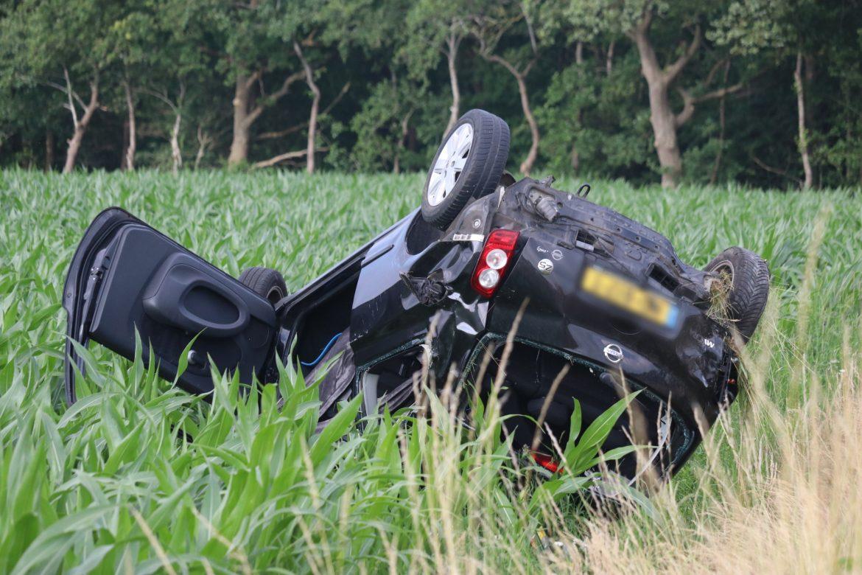 Auto belandt op de kop in Weiland langs de A7 bij Drachtstercompagnie